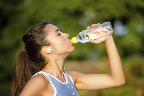 Mujer se hidrata